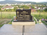 Blažena Galková r. Lexmann so synom Mirkom na cintoríne v Partizánskom - Veľkých Bielieciach