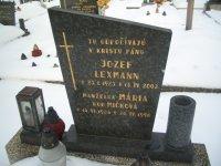 Jozef Lexmann s manželkou na cintoríne v Dubnici nad Váhom